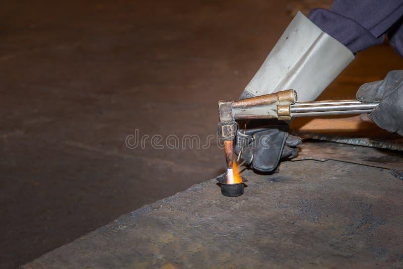 供以人员熟练的运转的工厂焊工,切口,研,钻子 免版税库存照片