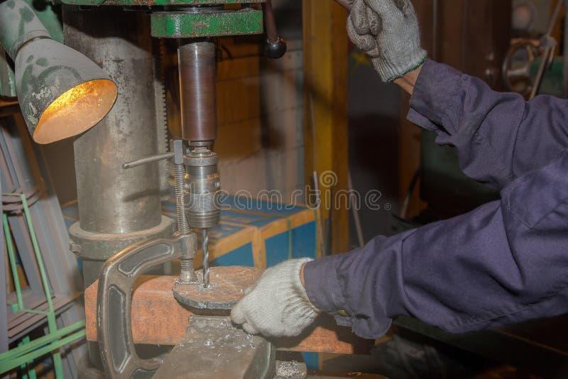 供以人员熟练的运转的工厂焊工,切口,研,钻子 免版税库存图片