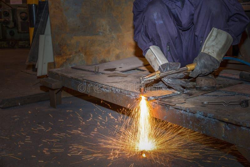 供以人员熟练的运转的工厂焊工,切口,研,钻子 库存照片