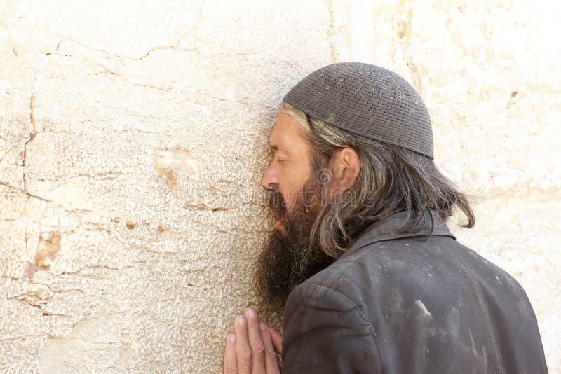 供以人员祈祷在哭墙在耶路撒冷 库存照片
