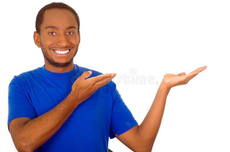 供以人员站立和互动使用手的佩带的强的蓝色T恤杉模仿介绍,当微笑,白色演播室时 库存照片