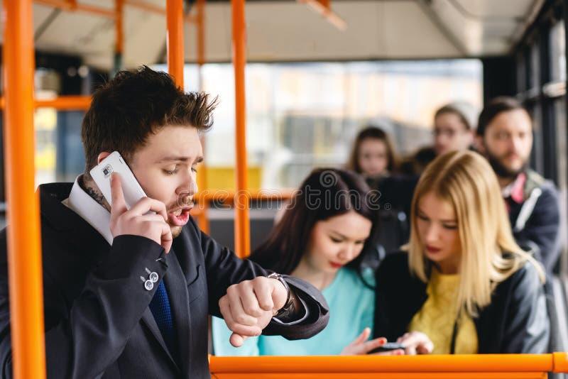 供以人员谈话在手机,公共交通 免版税库存照片
