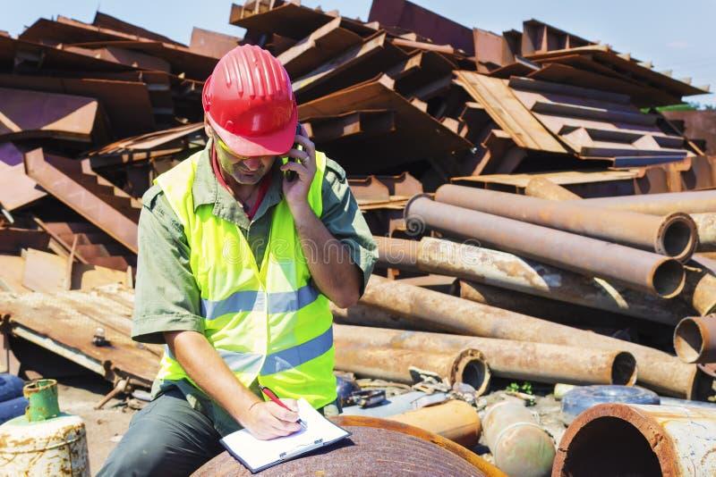 供以人员谈话并且写它下来在废品旧货栈 免版税库存照片