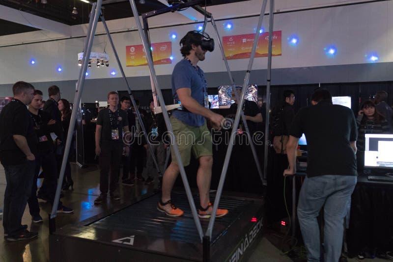 供以人员走在虚拟现实佩带的未来派的踏车 库存图片