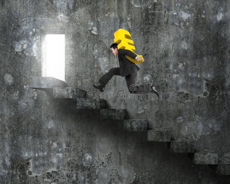 供以人员跑在老具体台阶的运载的金黄欧洲标志 库存照片