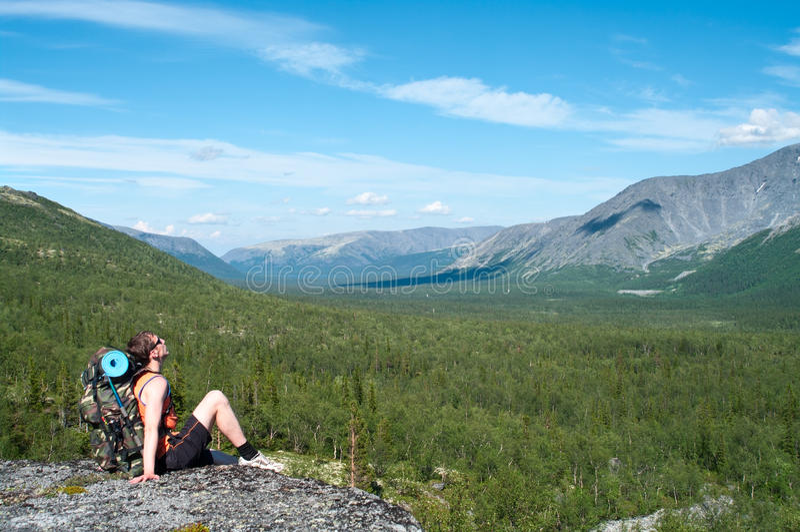 供以人员远足者开会和放松在与背包的山顶 免版税库存照片