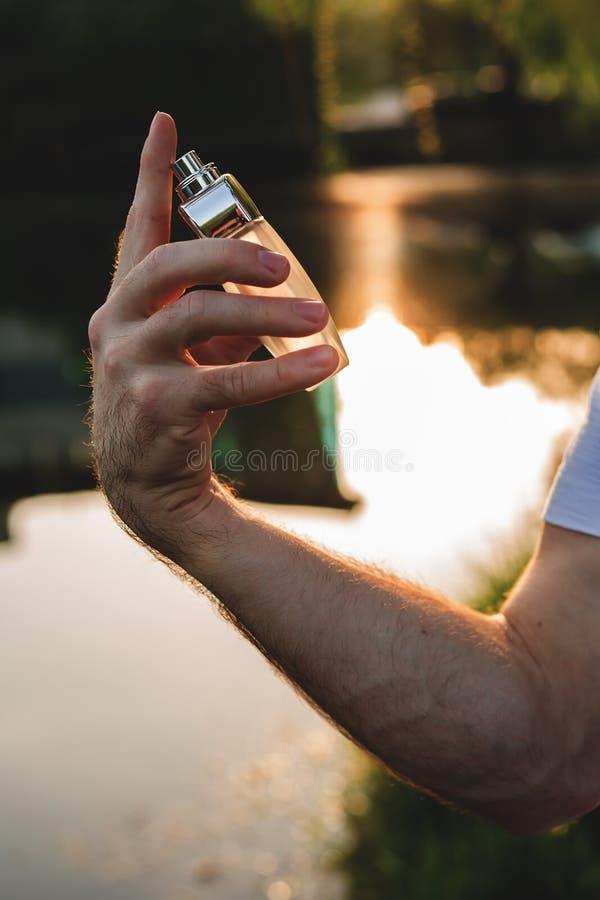 供以人员香水 免版税库存图片