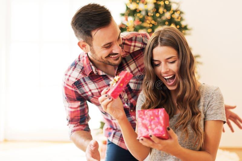 供以人员给圣诞节礼物他的女朋友 库存图片