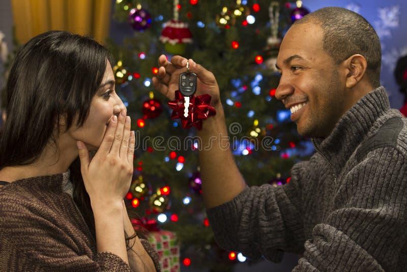 供以人员给他的圣诞节的重要他人汽车钥匙,水平 图库摄影