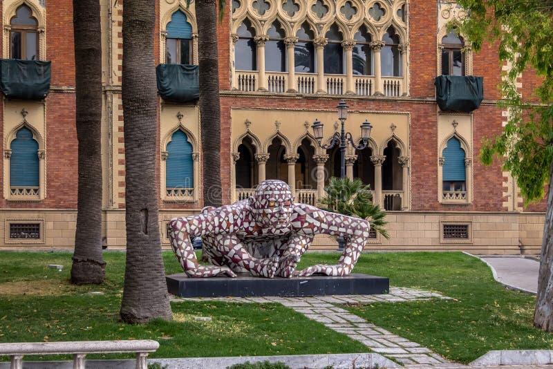 供以人员Rabarama创造的雕塑Paola位于江边散步lungomare的Epifani -雷焦卡拉布里亚,意大利 库存照片