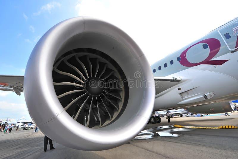 供给卡塔尔航空波音787-8 Dreamliner动力的通用电器公司GEnx引擎在新加坡Airshow 免版税库存照片