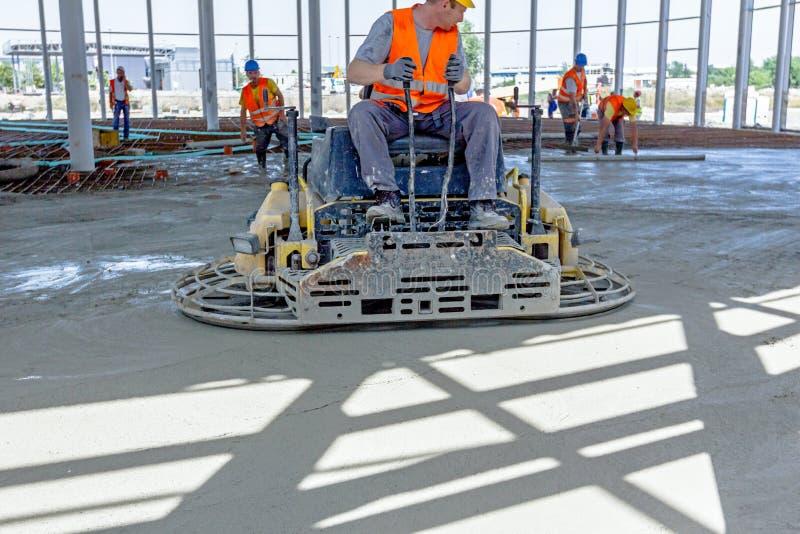 供给成水平完成的表面的混凝土的修平刀机器动力在船尾 库存图片
