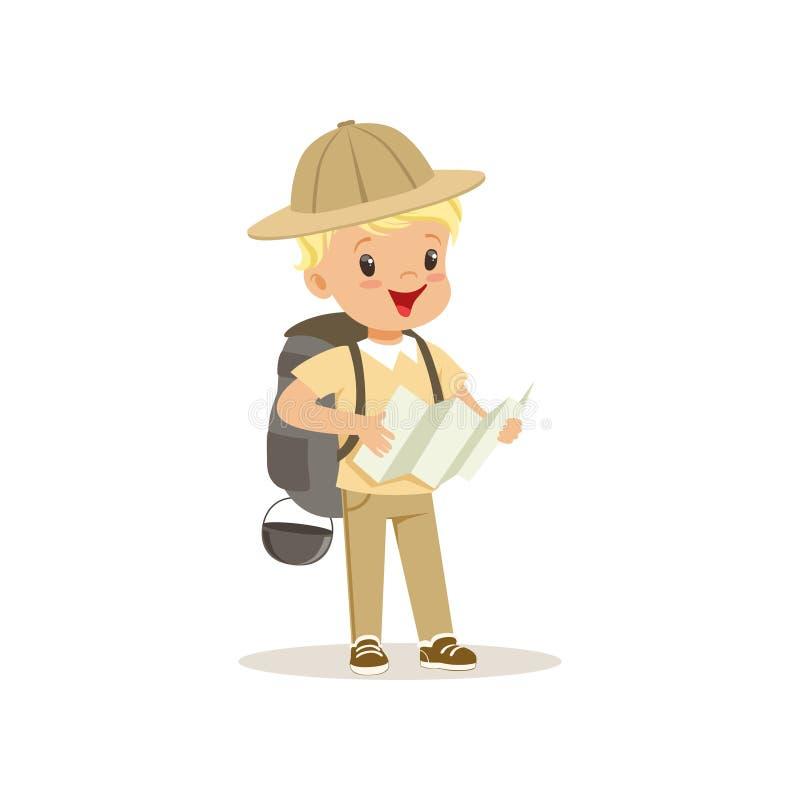 侦察员服装的逗人喜爱的小男孩有拿着旅游地图,室外阵营活动传染媒介例证的背包的 皇族释放例证
