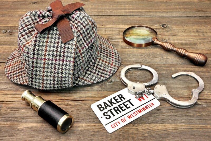 侦探帽子、小望远镜和放大器、标志贝克街道和韩 免版税库存图片