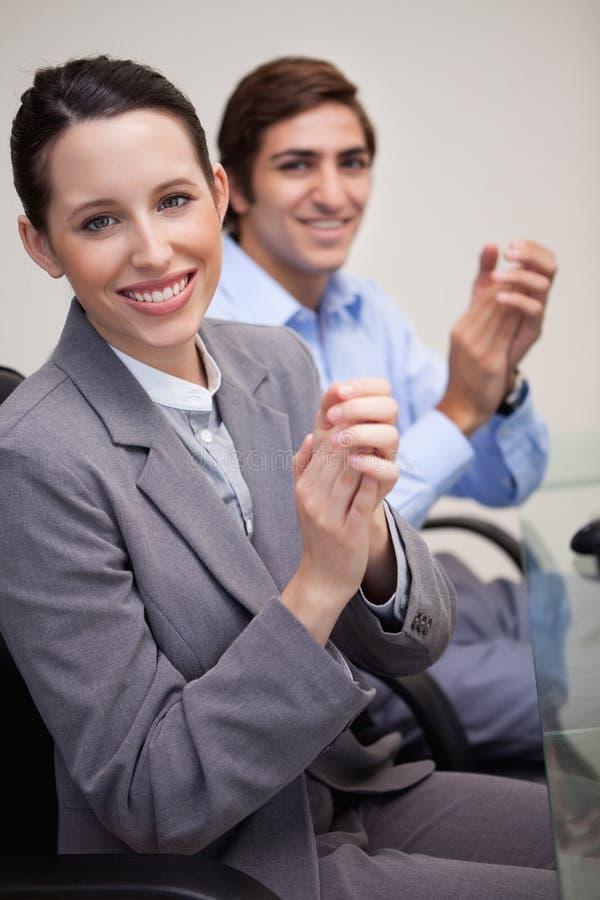 Download 侧视图企业小组拍手 库存照片. 图片 包括有 妇女, 员工, 商业, 总公司, 几年, 合伙企业, 白种人 - 22350114