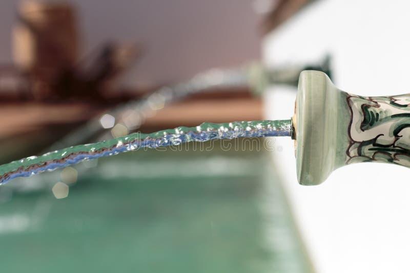 侧视图喷水在游泳池 免版税库存照片