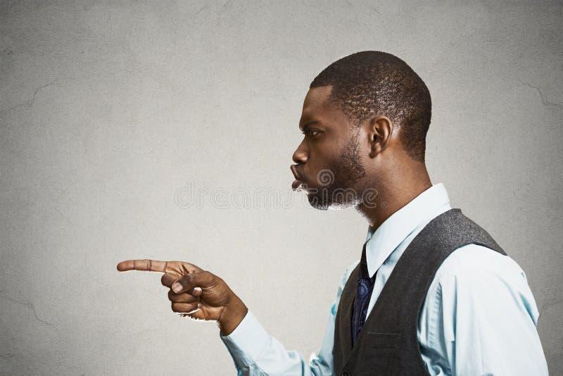 侧视图指向某人的画象人指责在错误doi 免版税库存图片
