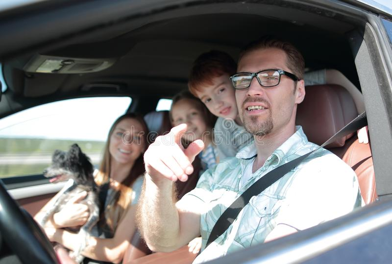 侧视图 驾驶家用汽车的愉快的父亲 库存图片