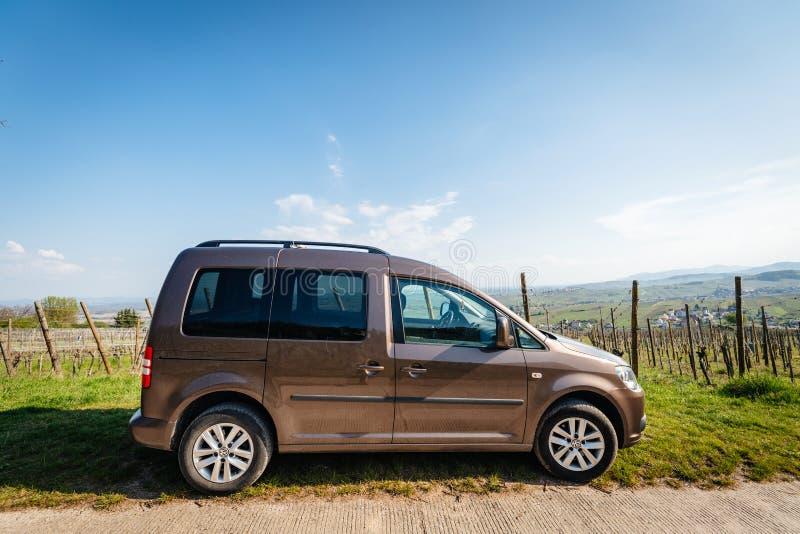 侧视图VW大众在阿尔萨斯葡萄园里停放的小型运车搬运车  免版税库存图片