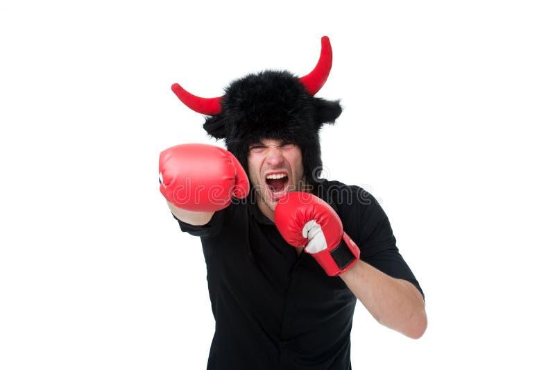 侵略和阳刚之气 作为积极的恶魔或的公牛的人垫铁威胁去的暴力猛击您 agiler 免版税图库摄影