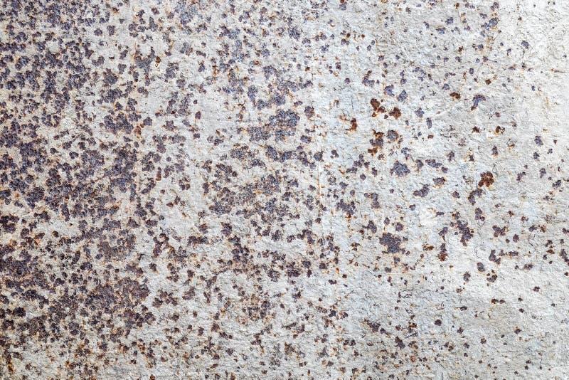 侵蚀腐蚀生锈的白色难看的东西墙壁 免版税库存照片