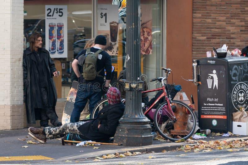便利店的无家可归的人坐的外部 免版税库存图片