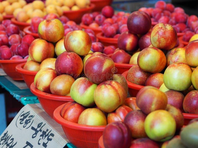 便宜和新鲜的桃子篮子 免版税库存图片