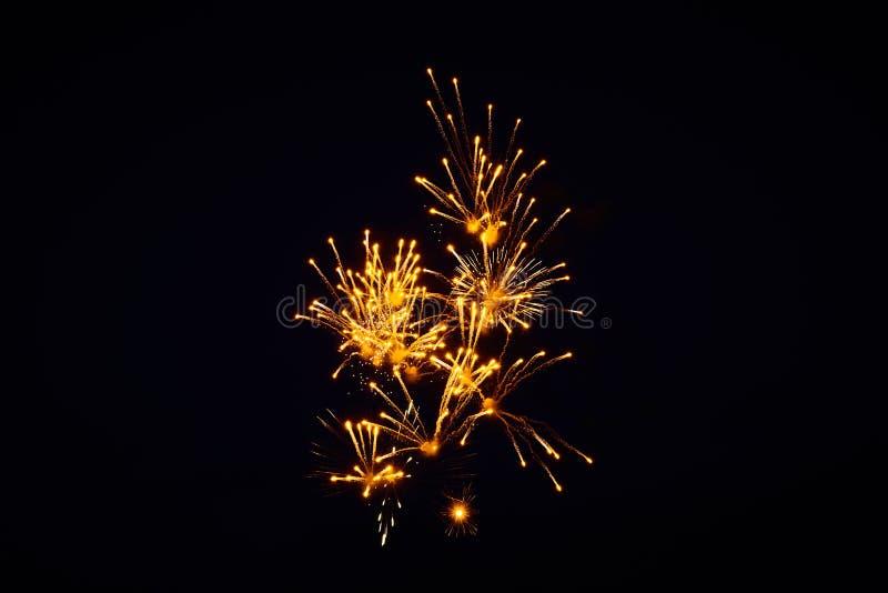 便宜的明亮的闪耀的烟花,橘黄色,夜空,背景纹理 免版税库存图片