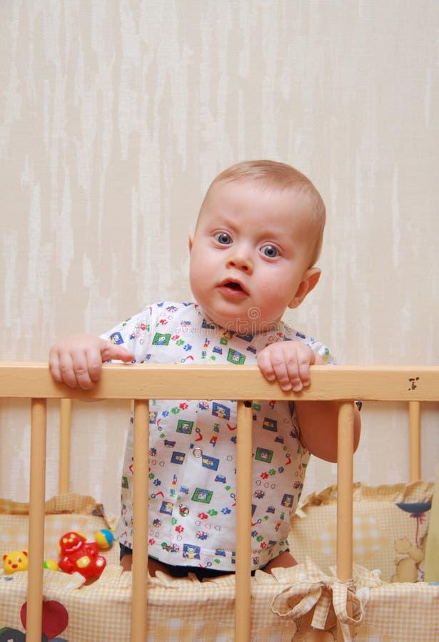 轻便小床的美丽的婴孩 免版税库存照片