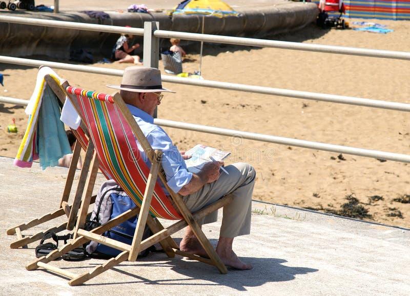 轻便折叠躺椅的老人 库存照片