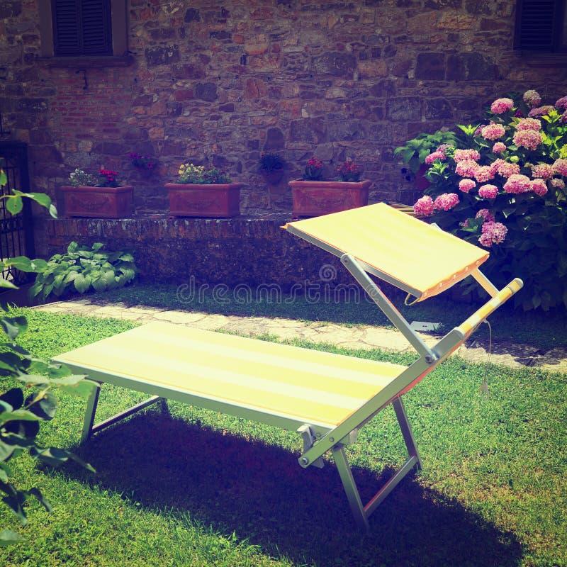 轻便折叠躺椅 免版税图库摄影