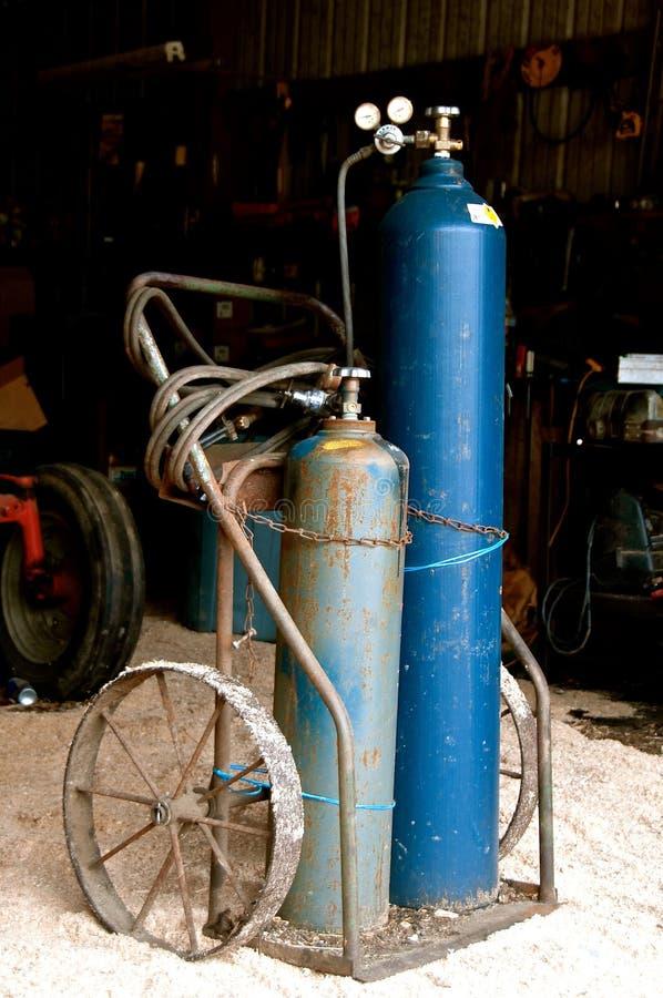 便携式的乙炔焊工在推车的一个d汽油箱 库存图片