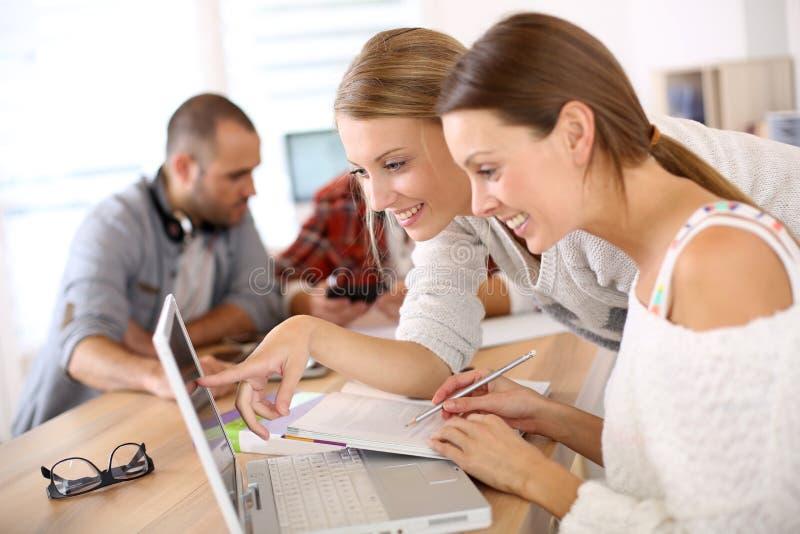 便携式计算机学习的学校人 免版税库存图片