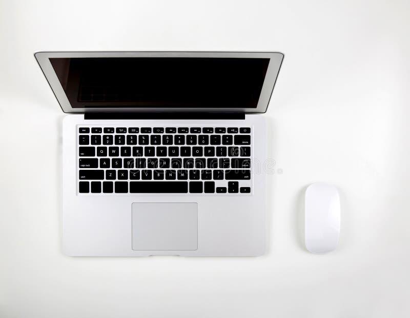 便携式计算机顶视图有开放在白色背景隔绝的显示屏显示器和老鼠的 库存图片