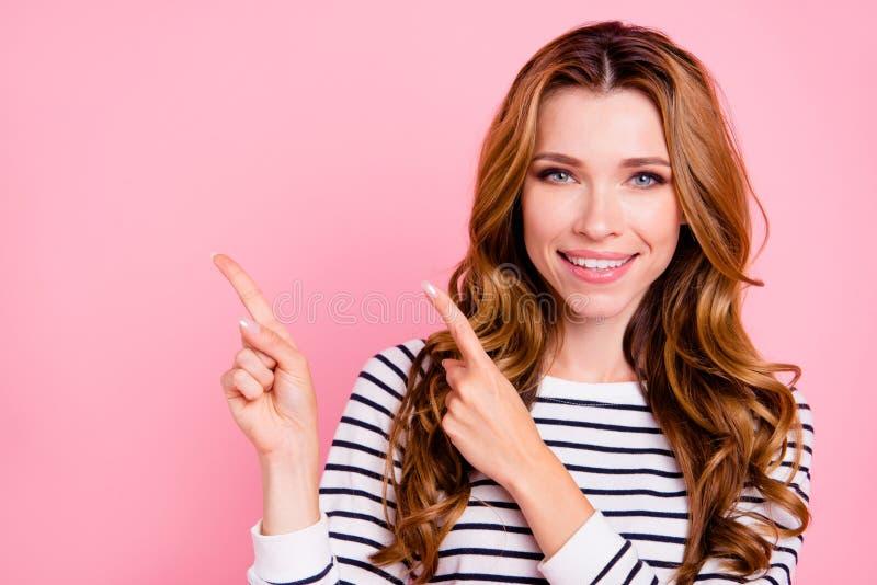 便服的聪明的nice-looking夫人有她的手指的提供 免版税库存照片