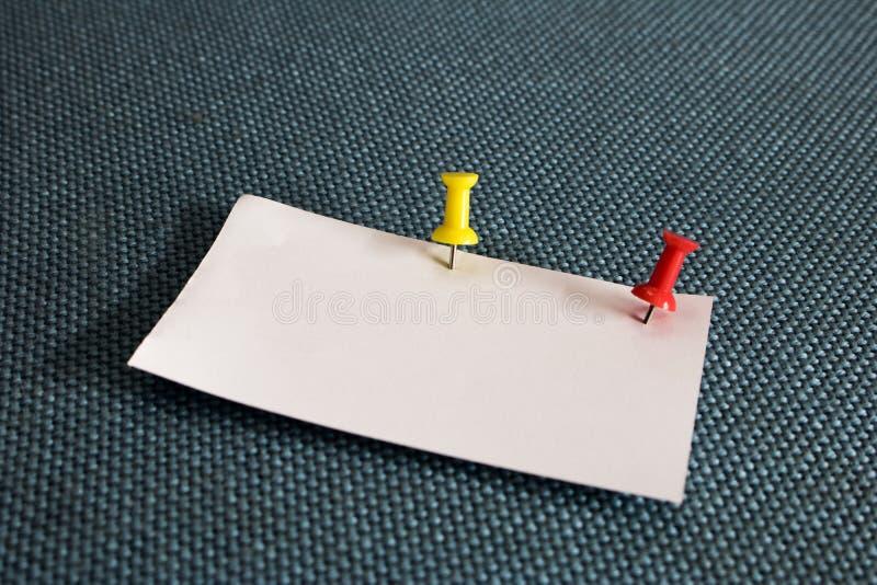便条纸和红色图钉到蓝色corkboard里 图库摄影