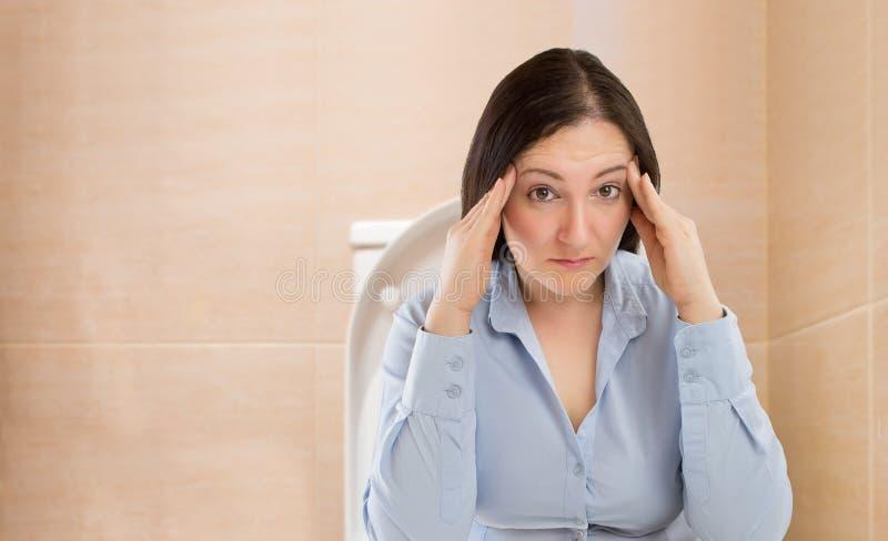 便秘症的妇女 免版税库存照片
