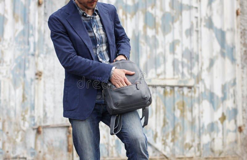 便衣开头邮编的英俊的人在皮革背包 gru 免版税库存照片