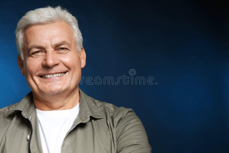便衣的英俊的老人 免版税库存照片