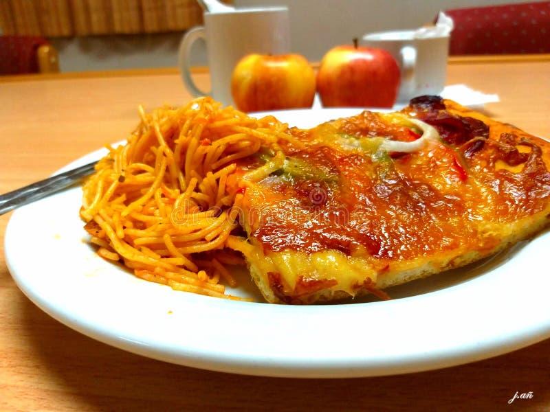 便餐:比萨、意粉和苹果计算机 免版税库存图片