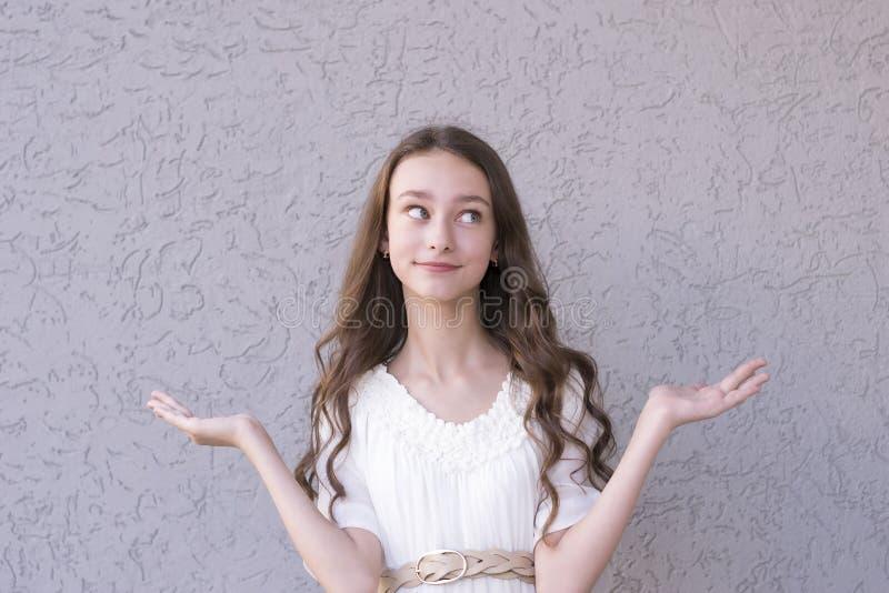 促进某事的俏丽的深色头发的女孩 库存图片