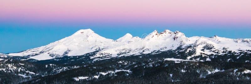 俄勒冈在日出的小瀑布山 免版税库存图片