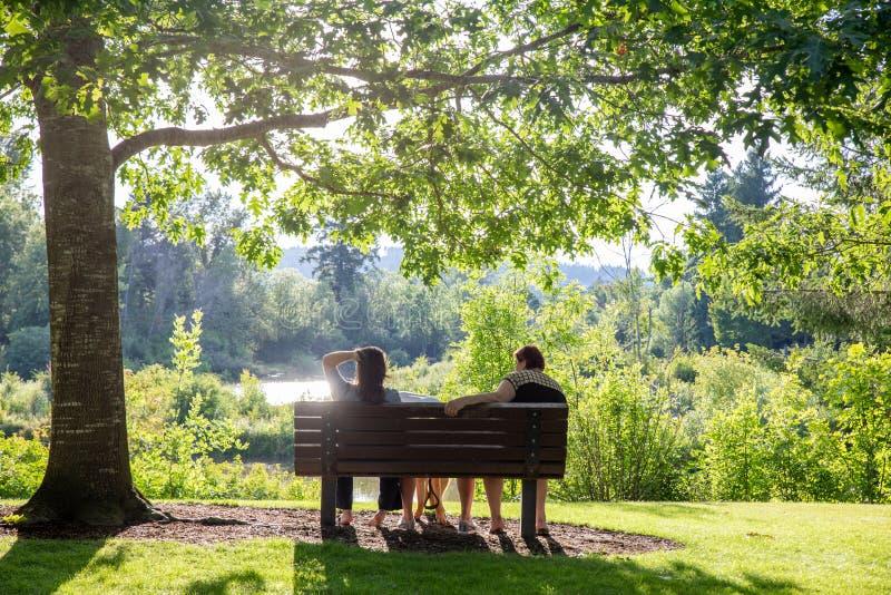 """俄勒冈州蒂加尔的萨默莱克城公园。俄勒冈州蒂加尔- 2019å¹´6月29日:Summerlake City Park,湖ç•""""å…¬å›ï¼Œè® 图库摄影"""