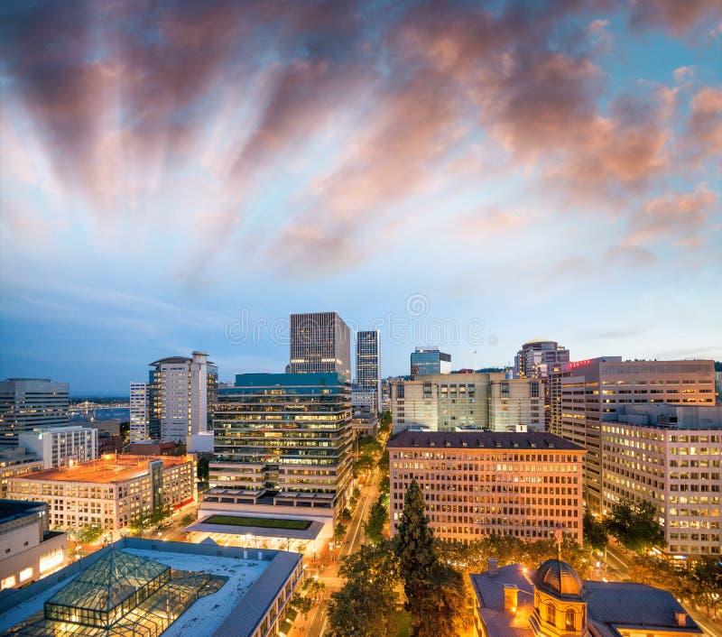 俄勒冈波特兰 城市地平线在一个美好的夏夜 库存照片