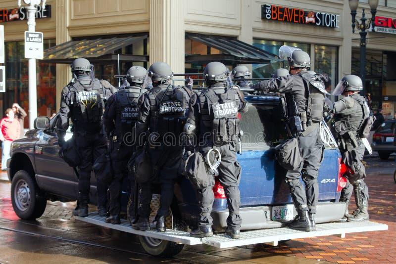 俄勒冈防暴装备的州警官 免版税库存照片