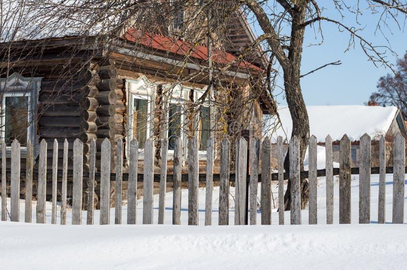 俄国乡间别墅在冬天 免版税库存照片