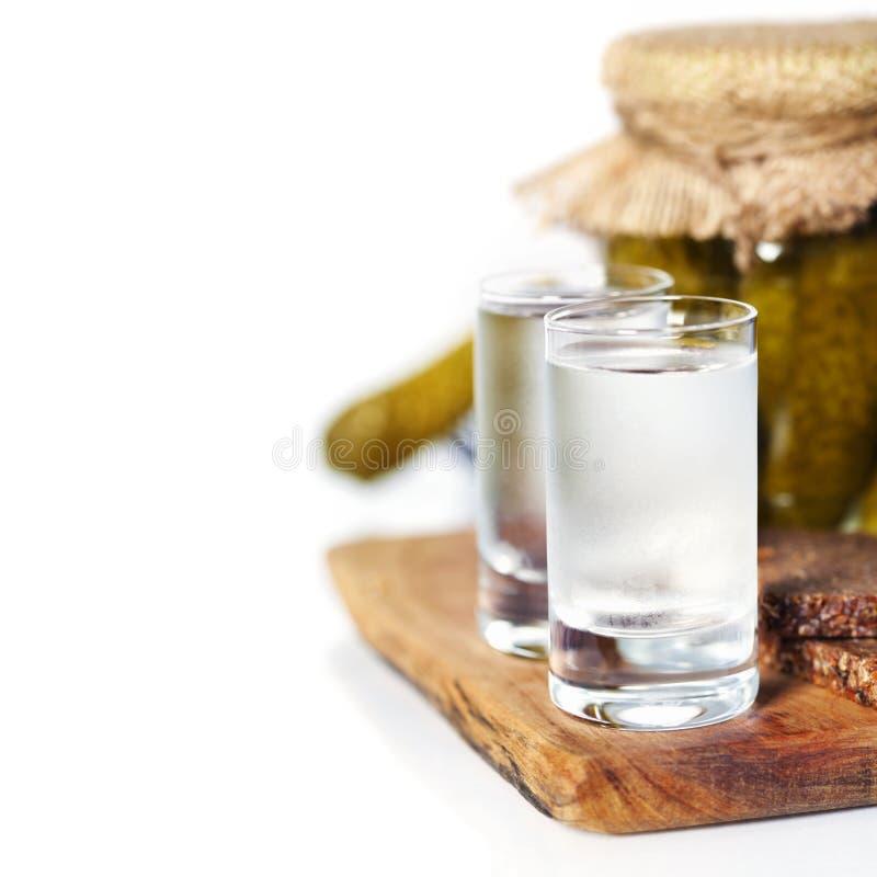 俄国伏特加酒用传统黑面包和腌汁 免版税库存照片