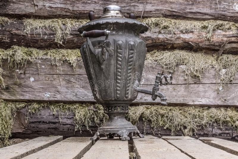 俄国传统茶古董金属俄国式茶炊 纪念品 库存照片