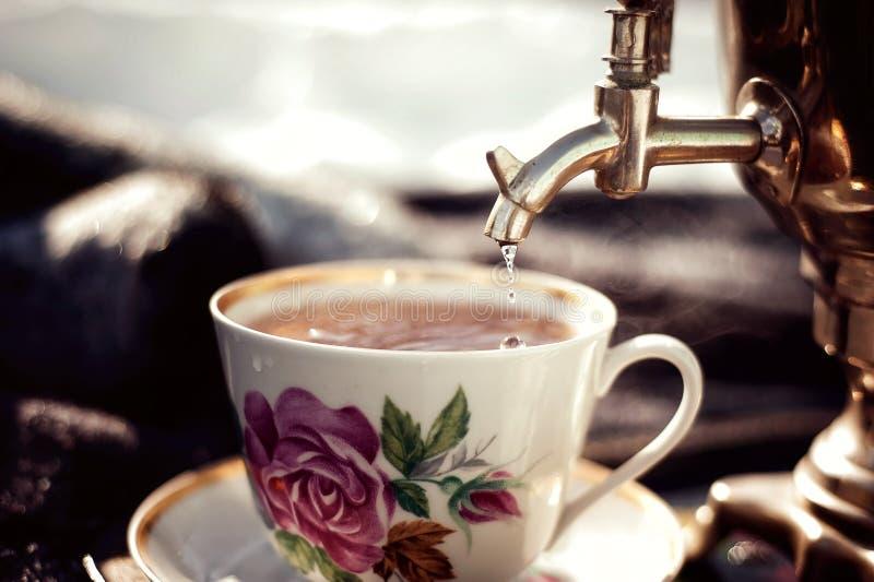 俄国俄国式茶炊用百吉卷和果酱 户外茶会 图库摄影