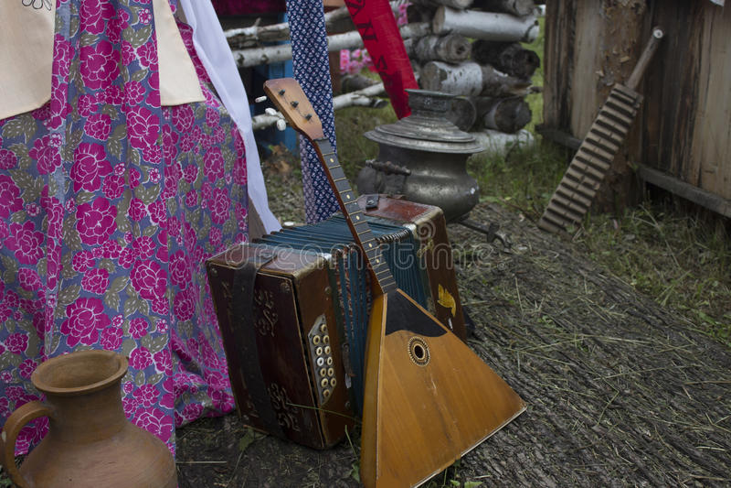 俄国俄式三弦琴和手风琴 从充满爱的俄罗斯 俄国民间仪器 欢迎光临俄罗斯 夏天节日 播放h 库存图片
